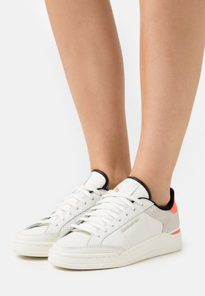 AD COURT - Sneakers basse - chalk white/orange fluor/aqua dust