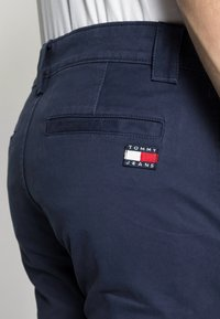 Tommy Jeans - SCANTON PANT - Chinos - blue - 4