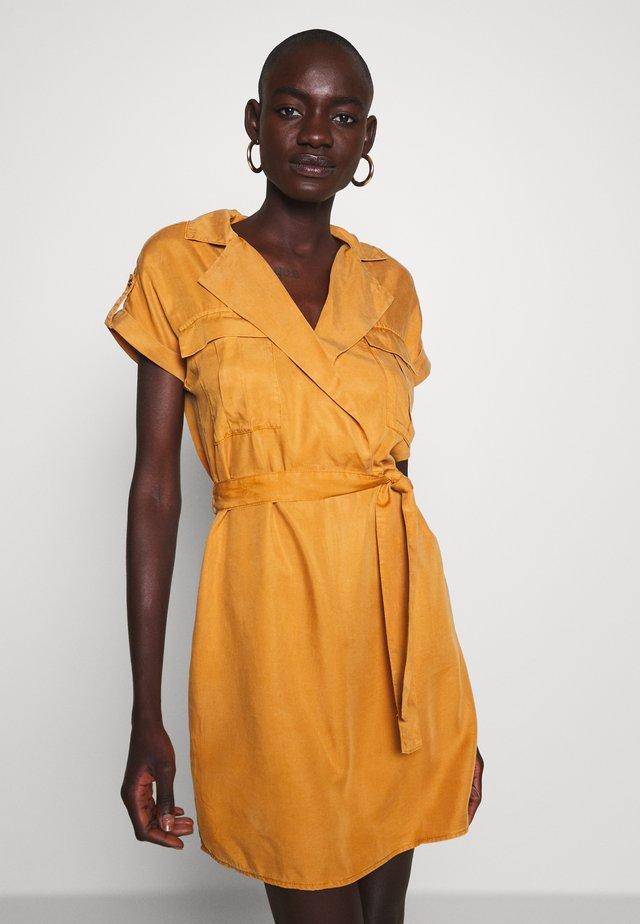 NMVERA ENDI SHIRT DRESS - Sukienka jeansowa - brown sugar