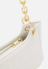Pieces - PCMICHELLE SHOULDER BAG - Handbag - bright white/gold-coloured - 4