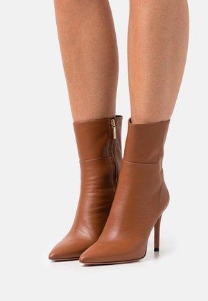 SILLA - Kotníková obuv na vysokém podpatku - cognac