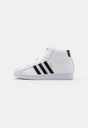 BASKETBALL INSPIRED SPORTS MID SHOES - Baskets montantes - footwear white/core black/gold