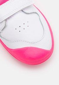 Nike Performance - PICO 5 UNISEX - Sportschoenen - white/hyper pink - 5