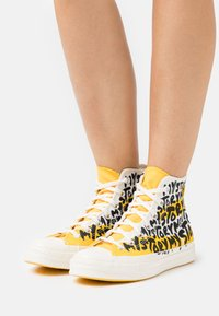 Converse - CHUCK 70 MY STORY - Sneakers high - egret/amarillo/black - 6