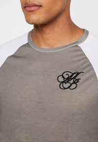 Burton Menswear London - ICONIC TAPED RAGLAN - Triko spotiskem - khaki - 4