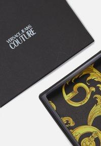 Versace Jeans Couture - UNISEX - Peněženka - black/gold - 4