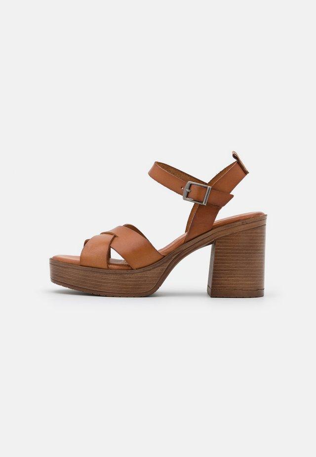 ROSAURA - Korkeakorkoiset sandaalit - brown