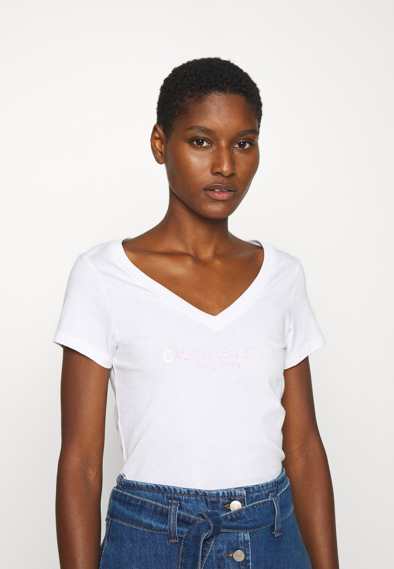Calvin Klein Jeans - IRIDESCENT LOGO  - T-shirts med print - bright white