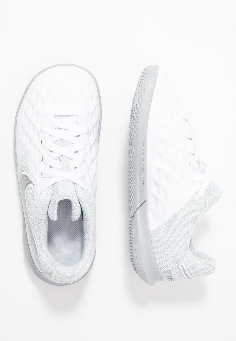 Nike Performance - TIEMPO JR LEGEND 8 CLUB IC UNISEX - Indoor football boots - white/chrome/pure platinum/wolf grey