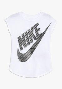 Nike Sportswear - GIRLS JUMBO FUTURA TEE - T-shirt imprimé - white - 0