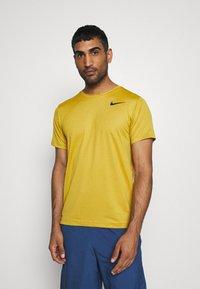 Nike Performance - T-shirts basic - tawny/dark sulfur/heather/black - 0