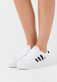 adidas Originals - NIZZA SPORTS INSPIRED SHOES - Baskets basses - footwear white/core black/gold metallic - 0