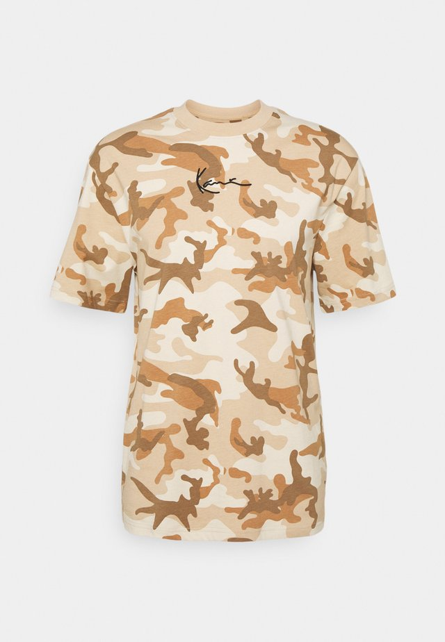 SMALL SIGNATURE CAMO TEE - Print T-shirt - beige/sand