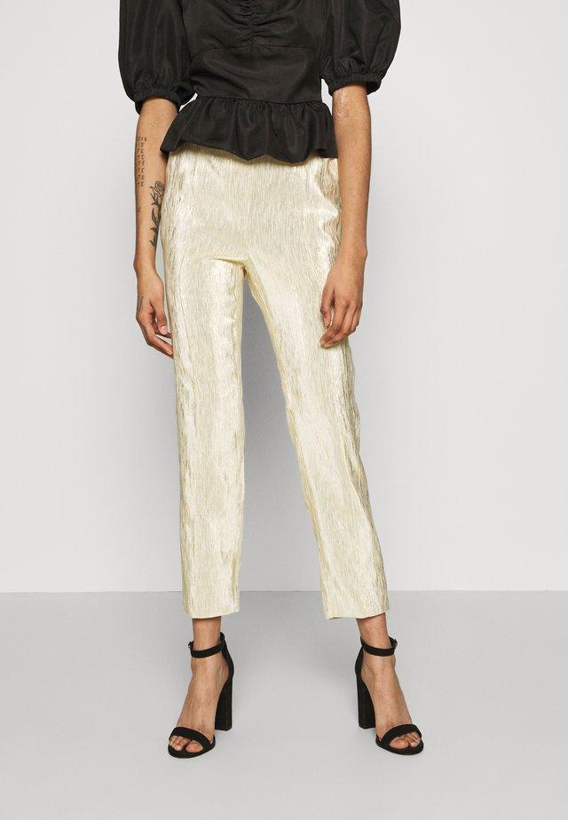 SHINY SUIT PANTS - Broek - gold