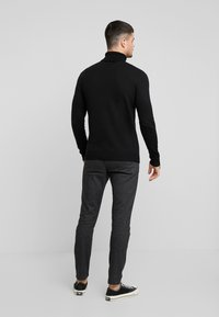 Jack & Jones - JJEEMIL ROLL NECK - Strickpullover - black - 2