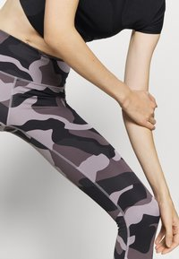 Under Armour - RUSH CAMO LEGGING - Punčochy - slate purple - 3