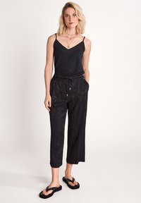 comma - MIT PAISLEYMUSTER - Trousers - black - 3