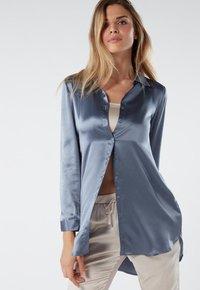 Intimissimi - BLUSE AUS SEIDE MIT KLASSISCHER MANSCHETTE - Pyjama top - blue - 0