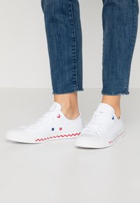 Converse - CHUCK TAYLOR ALL STAR - Trainers - white/university red/rush blue - 0