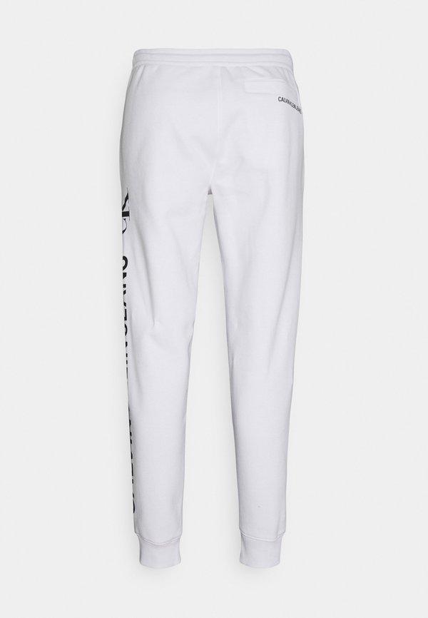 Calvin Klein Jeans VERTICAL LOGO PANT - Spodnie treningowe - bright white/biały Odzież Męska UHDI