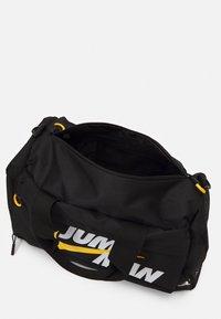 Jordan - JUMPMAN DUFFLEBAG UNISEX - Sportväska - black - 2