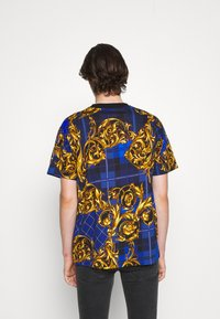 Versace Jeans Couture - Print T-shirt - blu royal/oro - 4