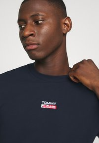Tommy Jeans - SMALL CENTERED LOGO TEE - T-shirt z nadrukiem - twilight navy - 4