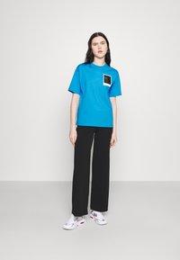 Lacoste - LACOSTE X POLAROID  - Print T-shirt - fiji - 1