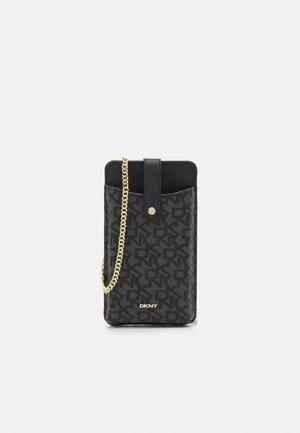 THOMASINA ON A STRING - Phone case - black