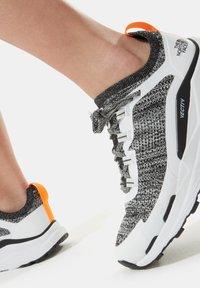 The North Face - W VECTIV ESCAPE - Hiking shoes - tnf white tnf black - 0