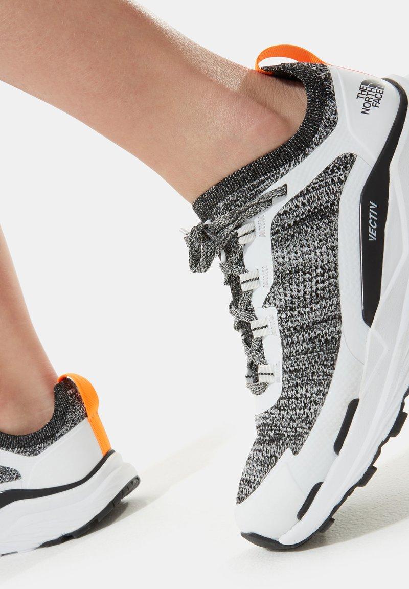 The North Face - W VECTIV ESCAPE - Hiking shoes - tnf white tnf black