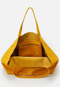 Kurt Geiger London - VIOLET HORIZONTAL TOTE - Tote bag - mustard - 2