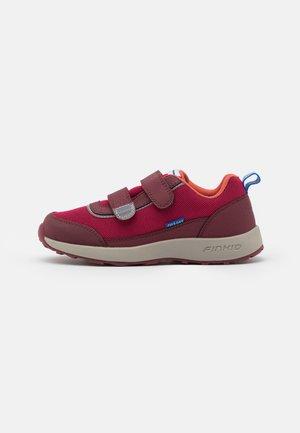KULKULI UNISEX - Hiking shoes - persian red/cabernet