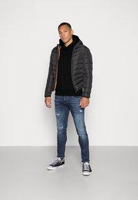 Calvin Klein Jeans - MONOGRAM SLEEVE BADGE HOODIE - Huppari - black - 1