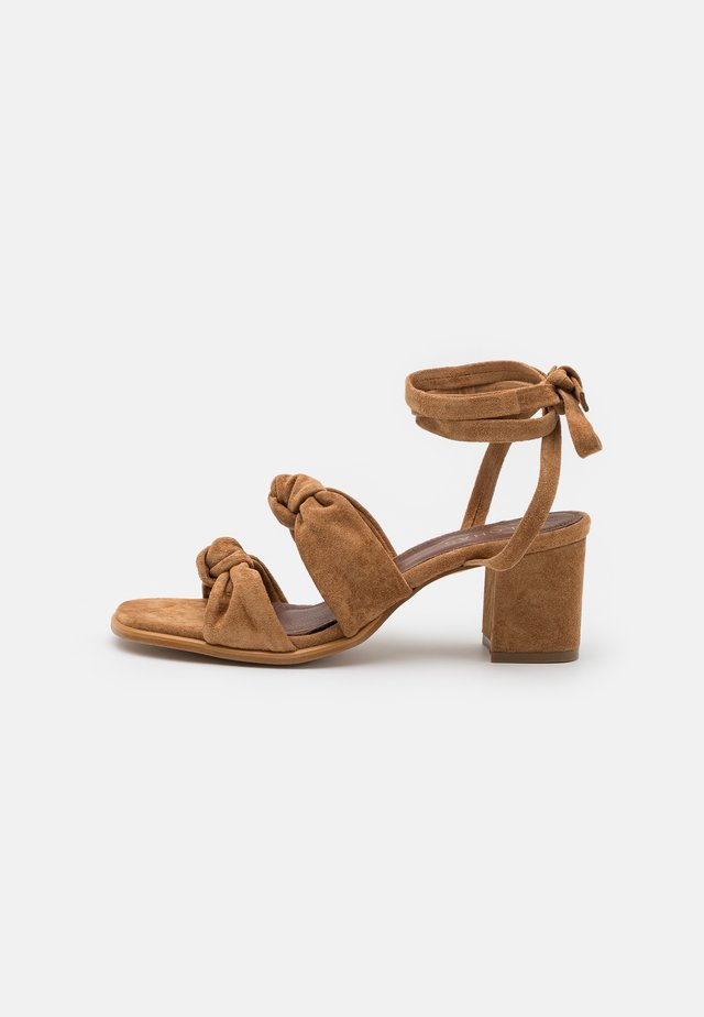 Sandalen - camel