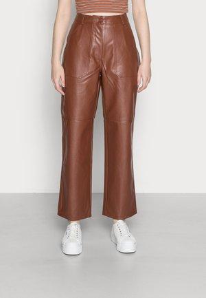 STRAIGHT LEG PANTS - Broek - brown