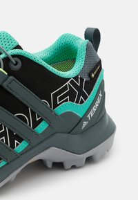 adidas Performance - TERREX SWIFT R2 GORE-TEX - Fjellsko - core black/blue/mint - 5
