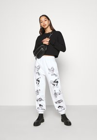 NEW girl ORDER - CLASSIC CARTOON - Pantalones deportivos - white - 1