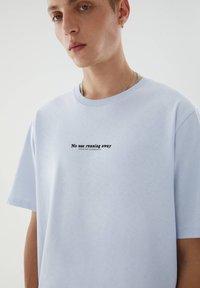 PULL&BEAR - T-shirt med print - blue - 2