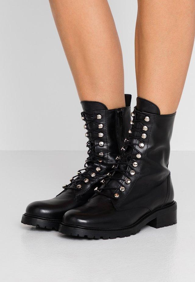 LIVA - Botines con cordones - black