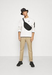 Nike Sportswear - Sudadera - light bone/black - 1