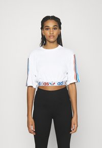 adidas Originals - PRIMEBLUE ADICOLOR ORIGINALS RELAXED T-SHIRT - Print T-shirt - white - 0