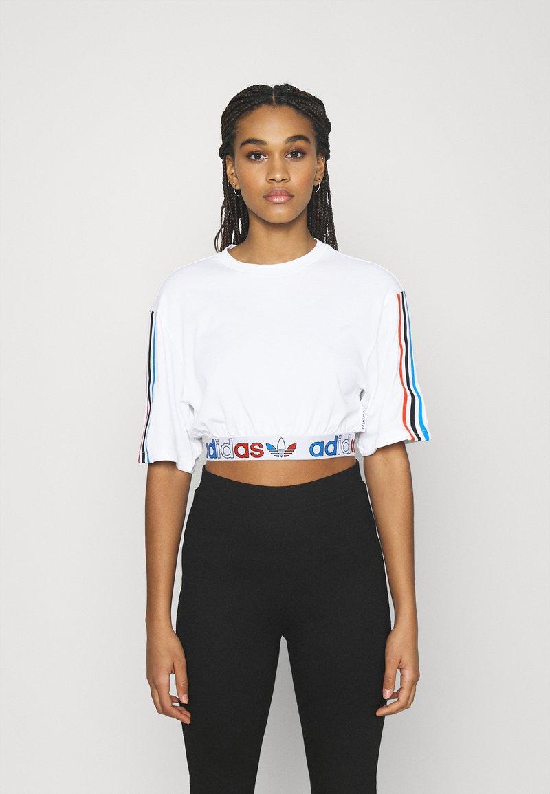 adidas Originals - PRIMEBLUE ADICOLOR ORIGINALS RELAXED T-SHIRT - Print T-shirt - white