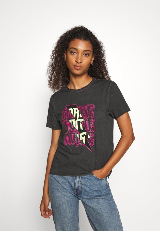 PCNOISE TEE  - Camiseta estampada - black/washed