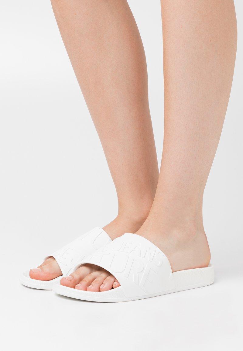 Versace Jeans Couture - Sandály do bazénu - bianco