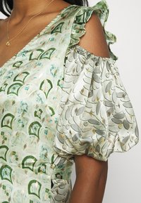 Never Fully Dressed - MARBLE COLD SHOULDER MIDI WRAP - Cocktailklänning - green - 4