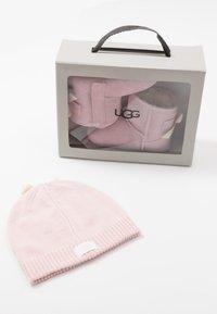 UGG - JESSE BOW & BEANIE SET - Geschenk zur Geburt - baby pink - 8