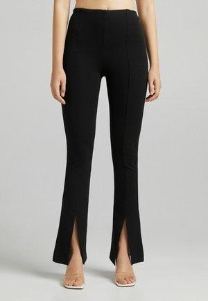 MIT SCHLITZ - Spodnie materiałowe - black