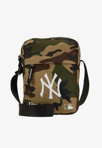 New Era - MLB SIDE BAG NEW YORK YANKEES WOODLAND OPTIC  - Across body bag - green - 1
