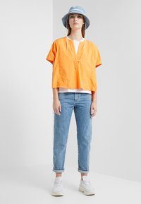CLOSED - CROPPED X - RELAXED FIT CROPPED LENGTH - Relaxed fit jeans - mid blue - 1
